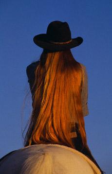 langharige vrouw op paard